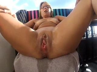 squirting fisting Brunette mom